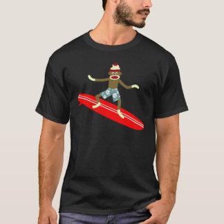 Persona que practica surf del mono del calcetín playera