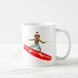 Persona que practica surf del mono del calcetín taza de café