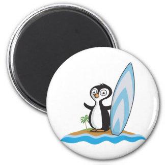 Persona que practica surf del pingüino imán