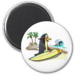 persona que practica surf del pingüino imán de frigorifico