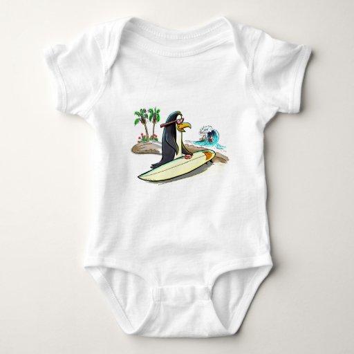 persona que practica surf del pingüino playeras