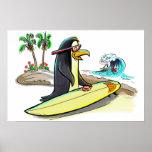 persona que practica surf del pingüino posters