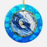 Persona que practica surf en el círculo de bambú ornamento de navidad