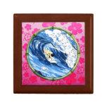 Persona que practica surf en el círculo de bambú joyero cuadrado pequeño