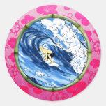 Persona que practica surf en el círculo de bambú pegatina redonda