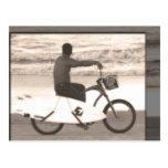 Persona que practica surf en la bici postal