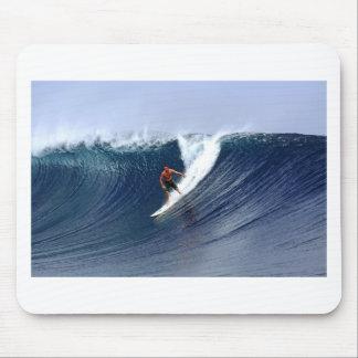 Persona que practica surf en la onda que practica  mousepad