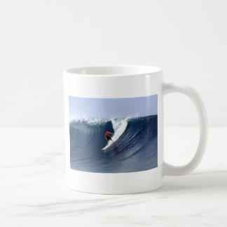 Persona que practica surf en la onda que practica taza
