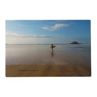 Persona que practica surf en la playa Cornualles Salvamanteles