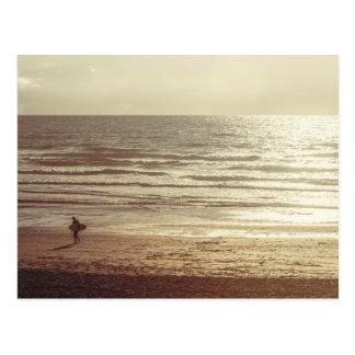Persona que practica surf en la playa Cornualles Postal