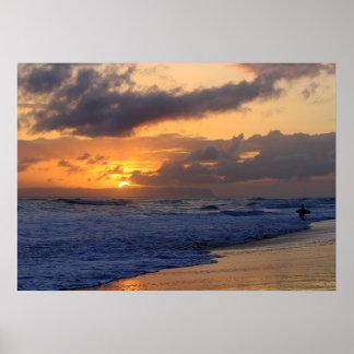 Persona que practica surf en la puesta del sol en póster