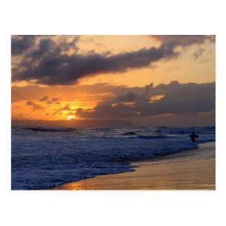 Persona que practica surf en la puesta del sol en  tarjetas postales
