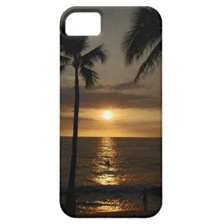 Persona que practica surf en la puesta del sol iPhone 5 carcasa