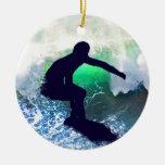 Persona que practica surf en onda grande ornamentos de navidad