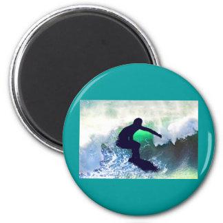 Persona que practica surf en onda grande imán redondo 5 cm