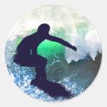 Persona que practica surf en onda grande pegatina redonda