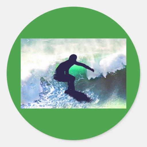 Persona que practica surf en onda grande etiquetas redondas