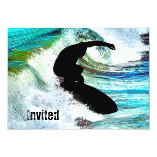 Persona que practica surf en onda que se encrespa invitación personalizada