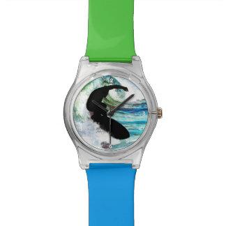 Persona que practica surf en onda que se encrespa relojes de pulsera