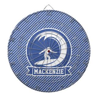 Persona que practica surf en rayas azules y tabla dardos