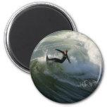 Persona que practica surf en un imán del Wetsuit