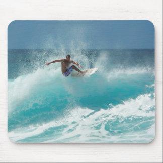 Persona que practica surf en un mousepad grande de