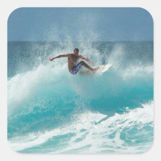 Persona que practica surf en un pegatina grande de