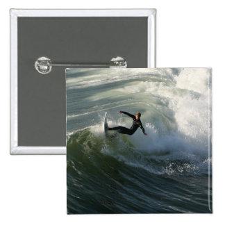 Persona que practica surf en un Pin del Wetsuit
