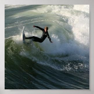 Persona que practica surf en un poster del Wetsuit Póster