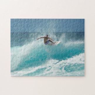 Persona que practica surf en un rompecabezas