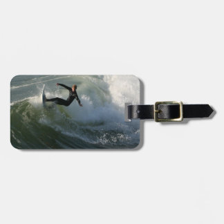Persona que practica surf en una etiqueta del equi etiqueta para maleta