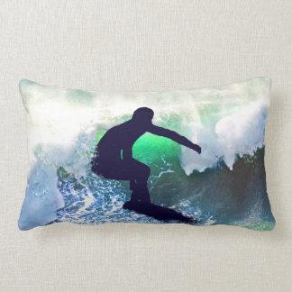 Persona que practica surf en una onda que se estre cojin