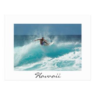 Persona que practica surf en una postal blanca de