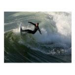 Persona que practica surf en una postal del Wetsui