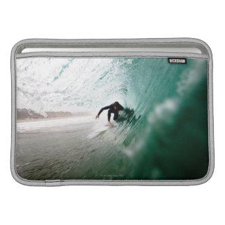 Persona que practica surf fundas para macbook air
