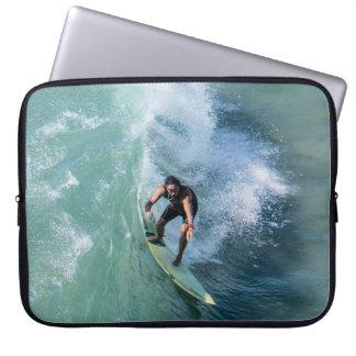 persona que practica surf funda ordendadores