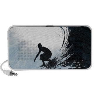 Persona que practica surf grande de la onda laptop altavoz
