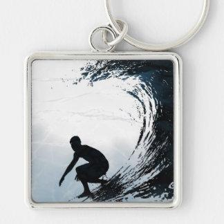 Persona que practica surf grande de la onda llaveros