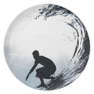 Persona que practica surf grande de la onda plato de cena