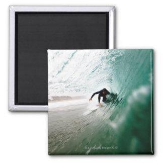 Persona que practica surf imán