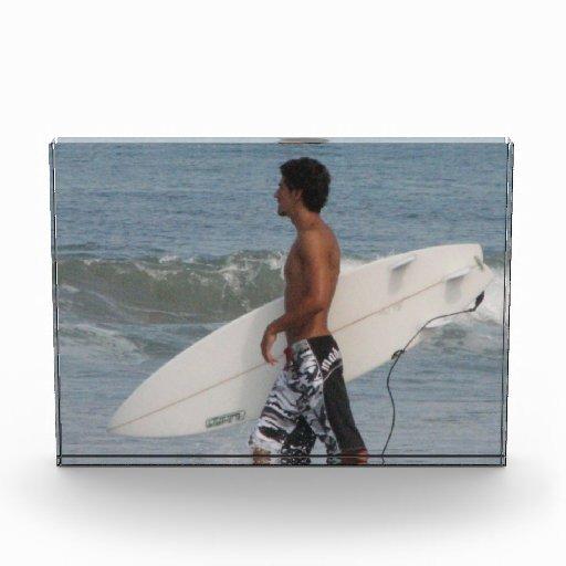 Persona que practica surf linda