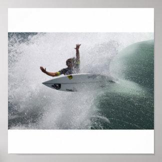 Persona que practica surf impresiones