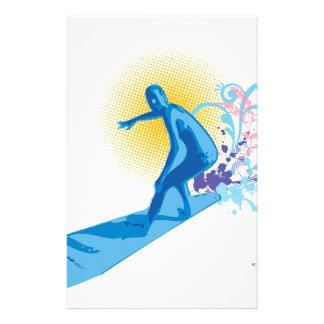 Persona que practica surf papelería personalizada