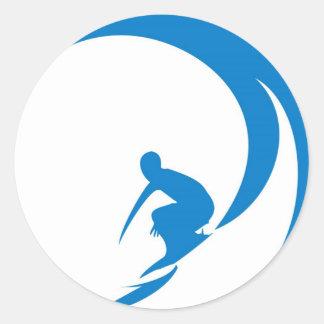 Persona que practica surf pegatina redonda