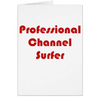 Persona que practica surf profesional del canal tarjeta de felicitación