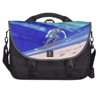 Persona que practica surf que practica surf el bolsas para ordenador