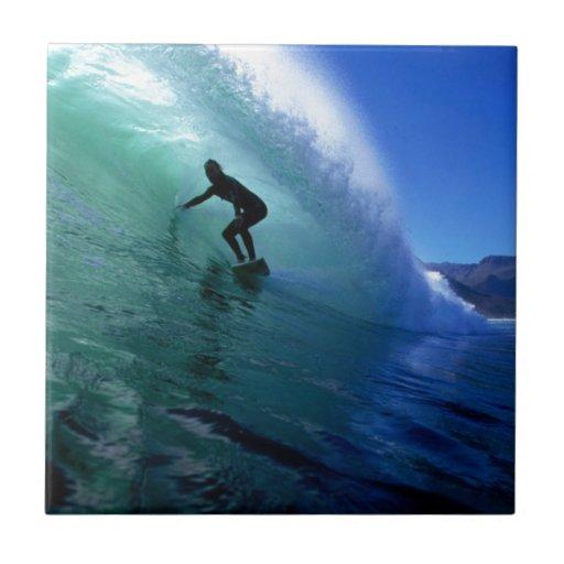 Persona que practica surf que practica surf el tub tejas  cerámicas