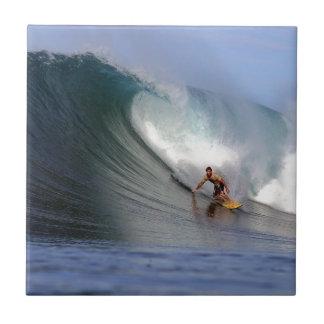 Persona que practica surf que practica surf la ond azulejo cuadrado pequeño