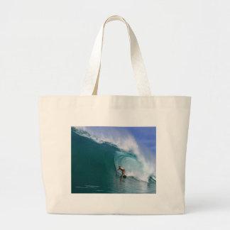 Persona que practica surf que practica surf la ond bolsas