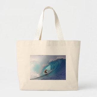 Persona que practica surf que practica surf una on bolsa